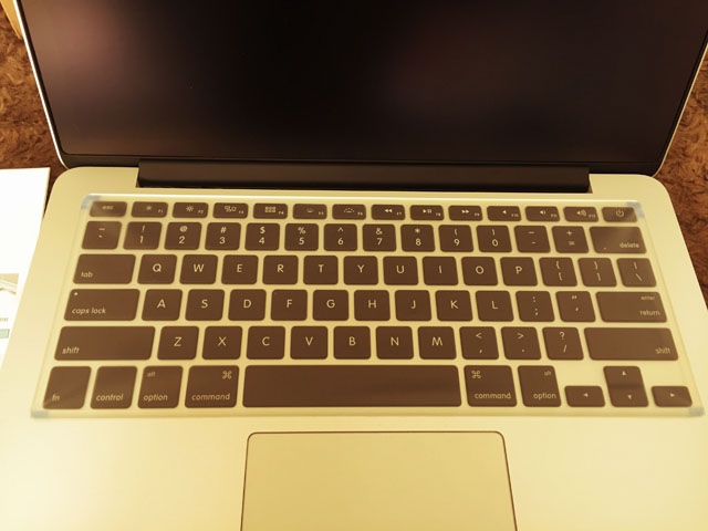 マイクロソリューション フルフラットキーボードカバーを貼り付ける位置を確認