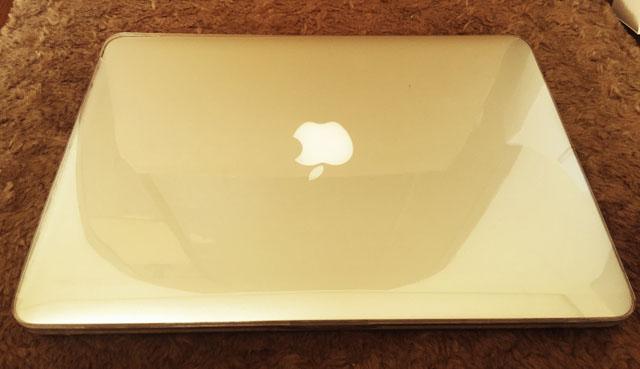 ハードケースをMacBook Proの上面に装着した