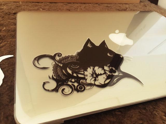 MacBook Proの天板にオリジナルステッカーを貼った写真