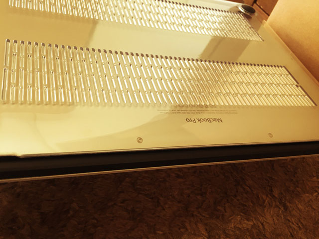 MacBook Proの下面からハードケースを取り付けている様子