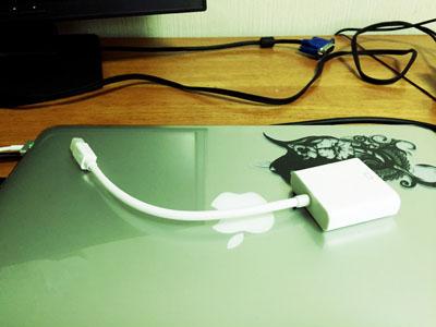MacBook Proの上に置かれた変換ケーブル