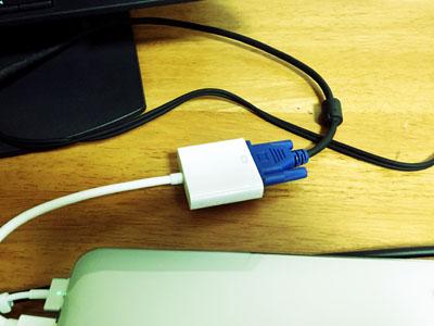 モニターとMacBook ProとVGA変換ケーブルの接続部分