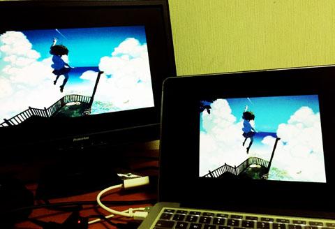 アニメ風景をデュアルディスプレイで並べている