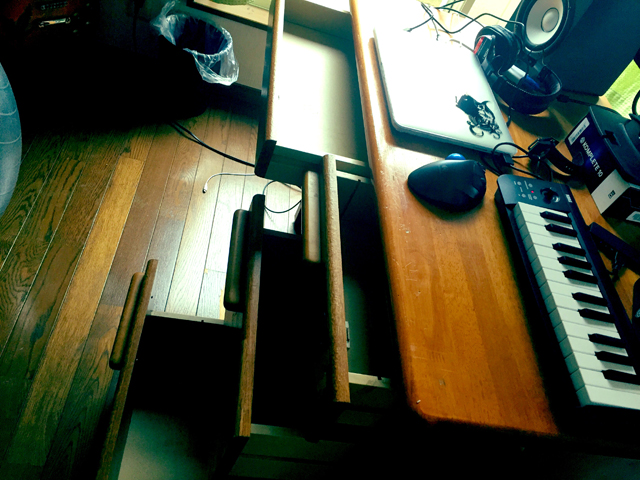 片付け祭り後の机の引き出しの中身を別角度から撮影した写真