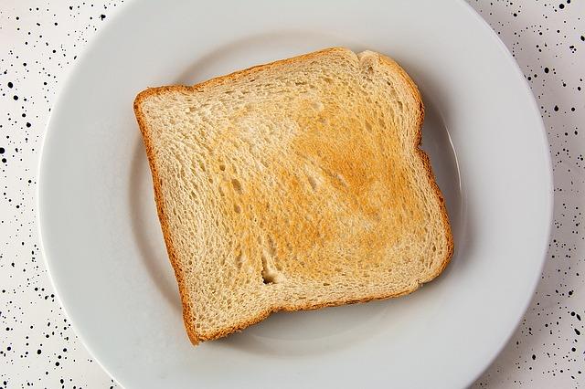 白い皿の上に乗せた焼きたての食パン