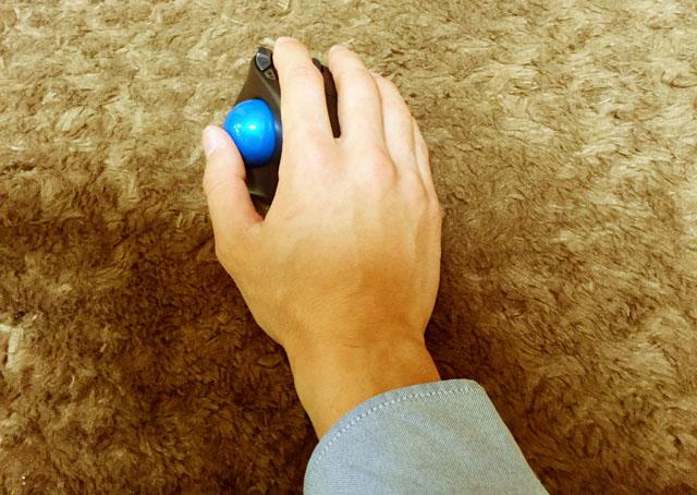 LOGICOOL ワイヤレストラックボール M570tに手を置いている写真