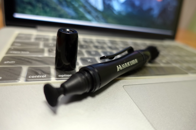 キーボードの上に置かれたHAKUBA レンズペン3
