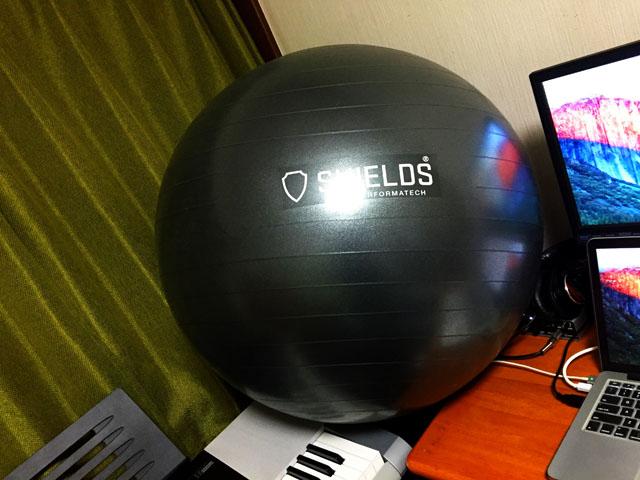 机とキーボードの間に置かれたバランスボール