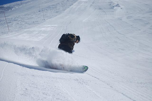 スノーボードで斜面を滑っているボーダー