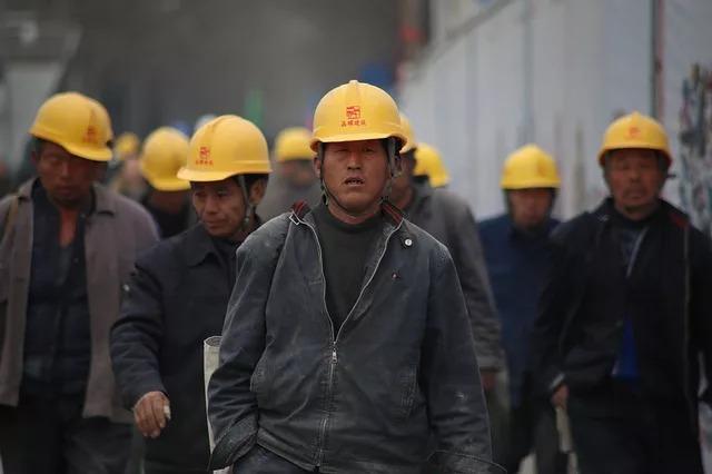 黄色いヘルメットをかぶった作業員たち