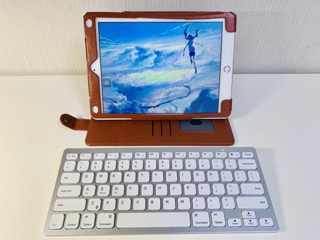 9.7インチのiPadとBluetoothキーボードが並んでいる