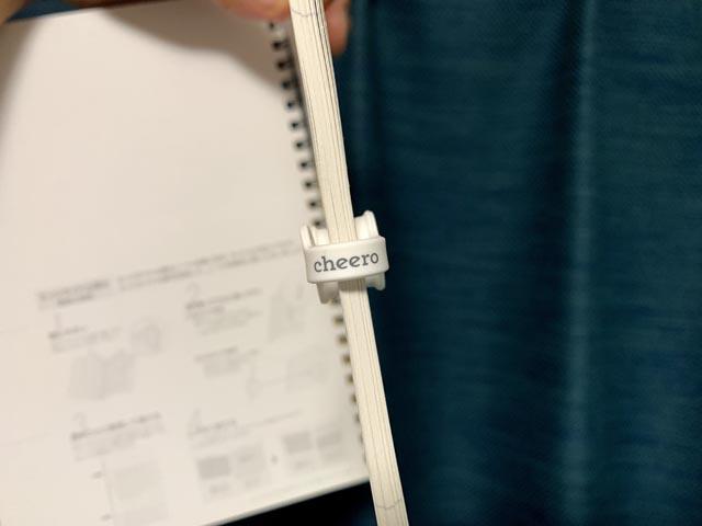 厚手のノートを挟んでいるcheero CLIP Light