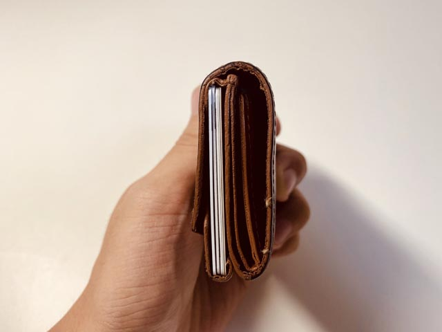 財布に収納されたカードを横側から見た図