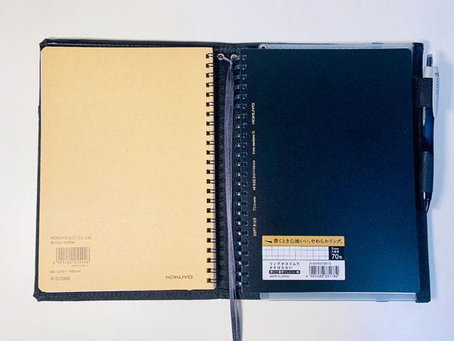ノートカバーに2冊のノートが収納されている