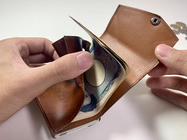 小さい財布にお札を入れたところ