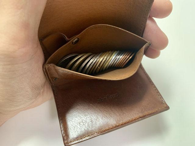 小銭入れにコインを収納している様子