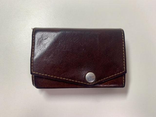 コイン15枚を収納した財布の外観