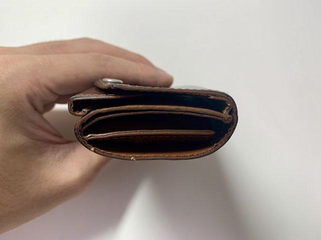 コイン15枚を収納した財布を横から見た図