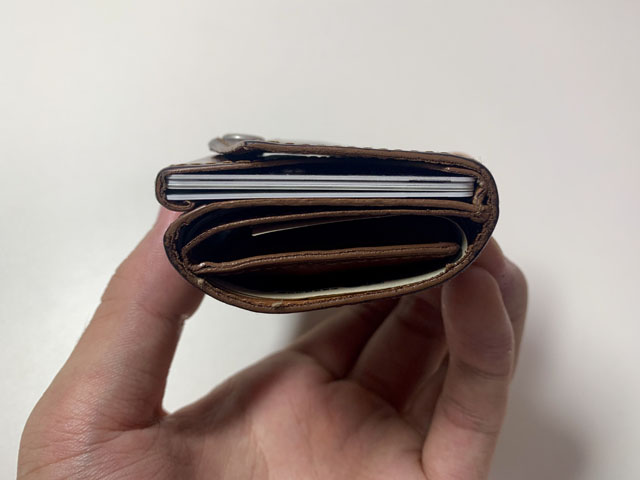 お札5枚カード5枚コイン15枚を収納した財布を横から見た図