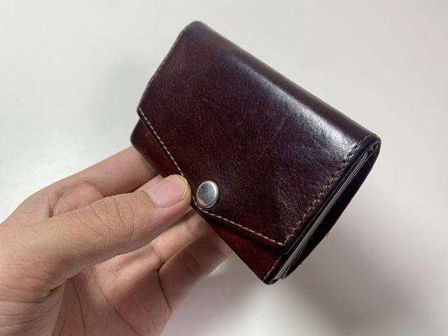 お札5枚カード5枚コイン15枚を収納した財布の外観