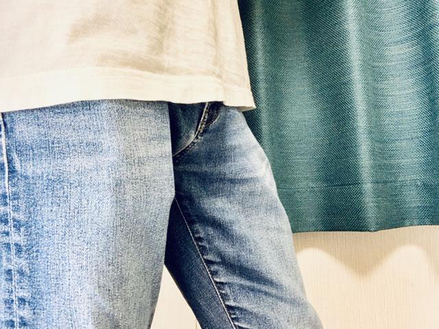 ポケットに小さい財布がすっぽり収まっている様子