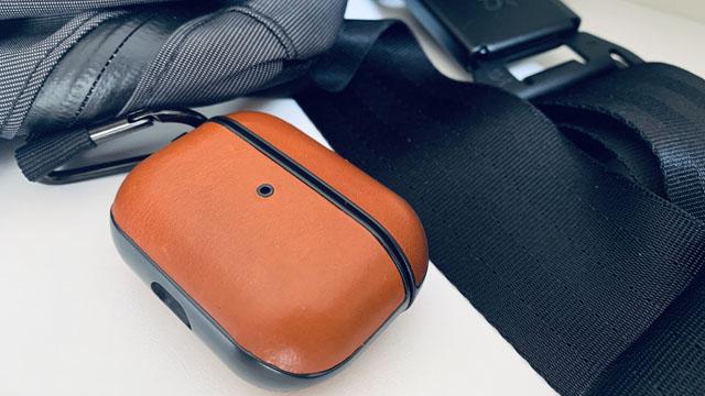 メッセンジャーバッグにAirPods Proをかけている